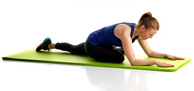 En tjej på en träningsmatta